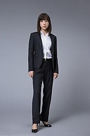 仲里依紗がパンツスーツ姿で検察事務官を熱演!