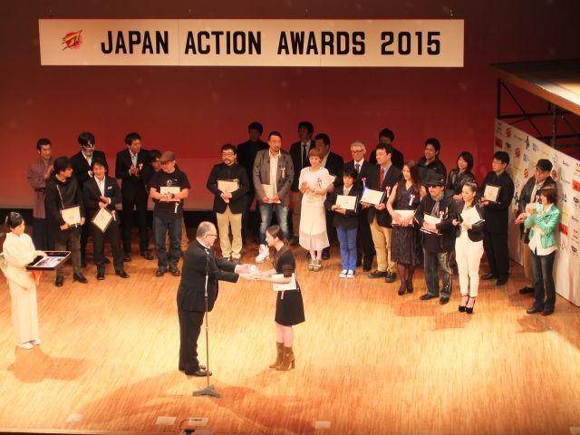 ベストアクション女優賞を受賞した武井咲(右)と 崔洋一監督(中央左)