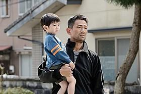 人生初の角刈りで撮影に臨んでいる江口洋介「人生の約束」