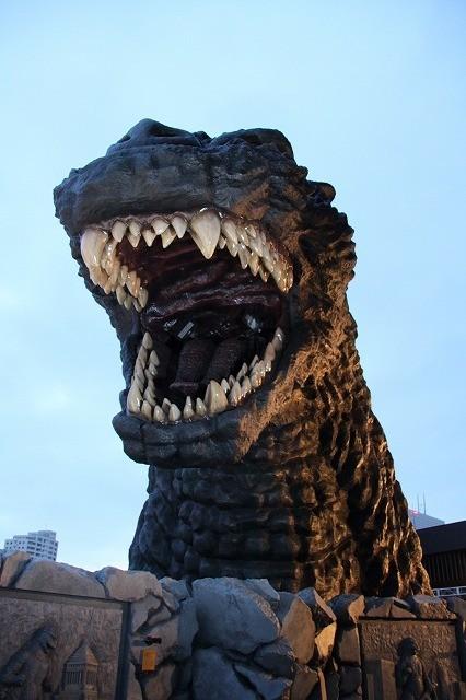 ゴジラ、歌舞伎町に降臨!初の咆哮に外国人観光客ザワザワ