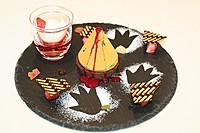 8階のカフェで食べられる「ゴジラケーキ」 ゴジラの誕生に見立てたドライアイスを使った演出も。価格は1200円