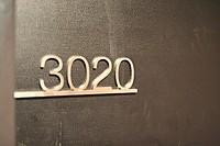 高級感のある漆黒の扉に「3020」の文字。「ゴジラルーム」へいざ行かん