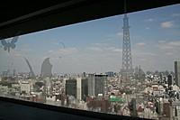 地上30階からの眺めは抜群。スカイツリー、六本木ヒルズ、東京タワーを一望。 窓ガラスにはモスラなどのイラストが