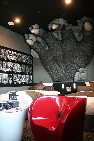 ゴジラの世界観を再現した新宿のホテルに映画.comが潜入! 「ゴジラルーム」徹底解説