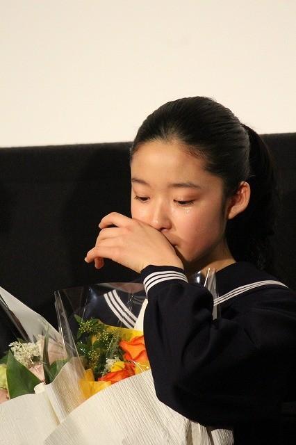 藤野涼子「ソロモンの偽証」完結編初日に大粒の涙 卒業証書&花束が授与