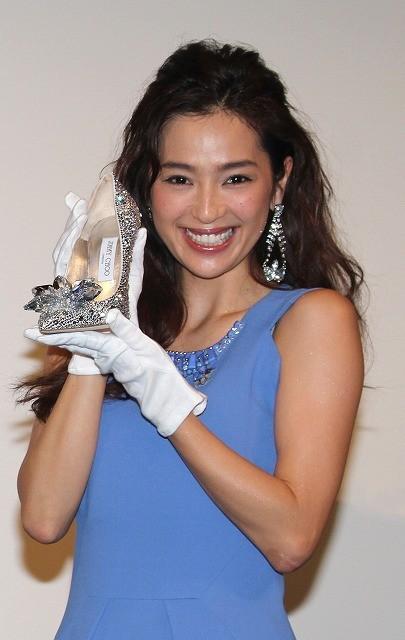 中村アン、55万円のハイヒールにギョッ! キスポーズで大興奮