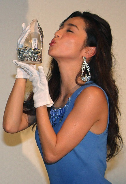 中村アン、55万円のハイヒールにギョッ! キスポーズで大興奮 - 画像1