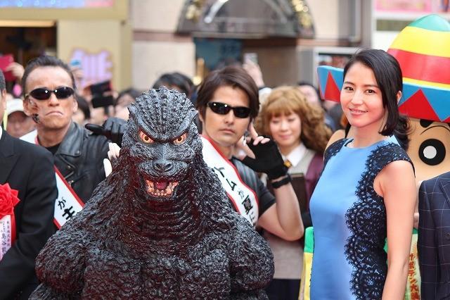 新宿東宝ビルが歌舞伎町に完成! 長澤まさみ、ゴジラがレッドカーペットに登場