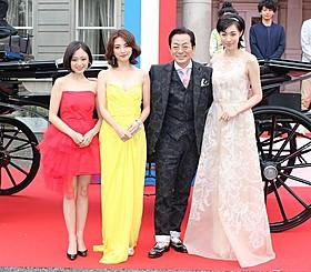 水谷豊がドレスアップした女優陣をエスコート「王妃の館」