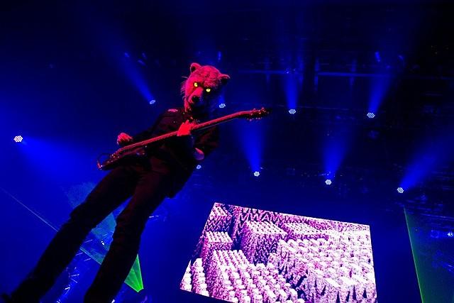 綾野剛、UVERworld×マンウィズ対バンライブに飛び入り!ヘドバン&ギタープレイ披露 - 画像14