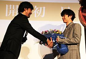 山崎貴監督(左)から花束を 受け取る主演の染谷将太「寄生獣」