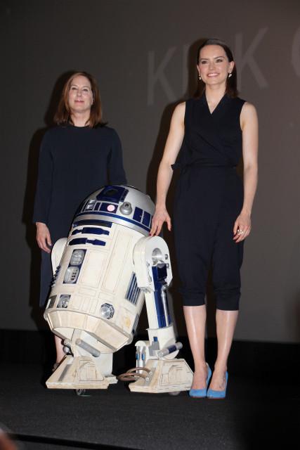 「スター・ウォーズ」新ヒロインデイジー・リドリー(右)と プロデューサーのキャスリーン・ケネディ