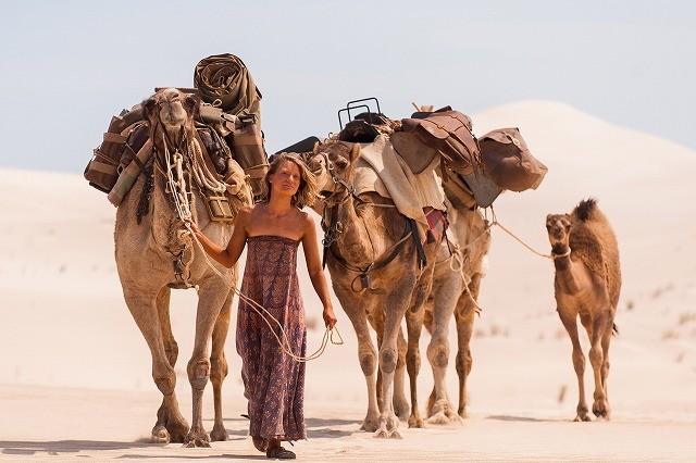 ミア・ワシコウスカがラクダを連れて砂漠を行く「奇跡の2000マイル」予告編が公開