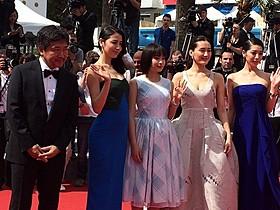 レッドカーペットを彩った(左から)是枝裕和監督、 長澤まさみ、広瀬すず、綾瀬はるか、夏帆「海街diary」