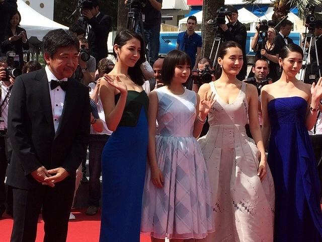 レッドカーペットを彩った(左から)是枝裕和監督、 長澤まさみ、広瀬すず、綾瀬はるか、夏帆