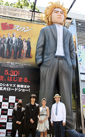 """""""巨大綾野剛""""新宿に立つ、「新宿見下ろすことない」対面した本人も大満足"""