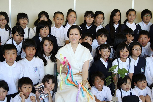 鈴木京香、慈愛に満ちた表情で「おかあさんの木」読み聞かせキャンペーン完遂! - 画像4