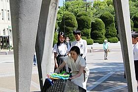 千羽鶴を奉納する鈴木京香「おかあさんの木」