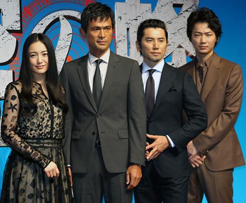完成会見に臨んだ(左から)仲間由紀恵、 江口洋介、本木雅弘、綾野剛