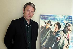 大のアディダス好きも、今回はクールなジャケット姿で登場「007 カジノ・ロワイヤル」