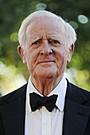 トム・ヒドルストン主演ドラマに、原作者ジョン・ル・カレがカメオ出演