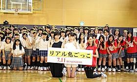 """女子高生100人と""""リアル鬼ごっこ""""した (左から)篠田麻里子、トリンドル玲奈、真野恵里菜「リアル鬼ごっこ」"""