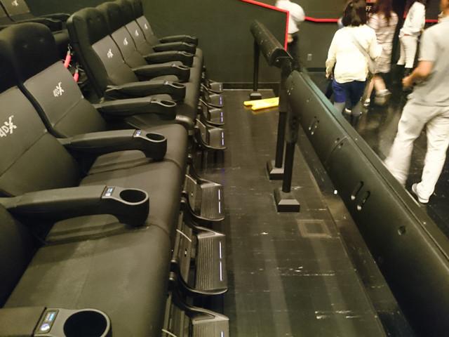 4DXシートの最前列。前方に設置されたバーに水や風が吹き出す ノズルが内蔵されている。シートが大きい上に激しく動くので 何度も身体がずり落ちて座りなおした。
