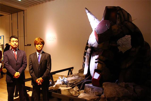 実物大のガンダム頭部の前で (左から)佐々木新氏、古谷徹