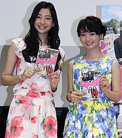 イベントに出席した足立梨花と桃瀬美咲「でーれーガールズ」