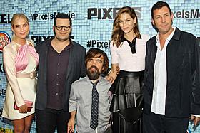 (左から)アシュレイ・ベンソン、ジョシュ・ギャッド、 ピーター・ディンクレイジ、ミシェル・モナハン、アダム・サンドラー「ピクセル」