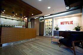 Netflix 受付。エミー賞のトロフィーは 「ハウス・オブ・カーズ 野望の階段」で受賞したもの「デアデビル」
