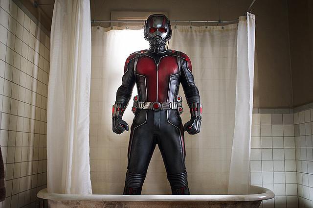 掃除機から逃げ惑う最小ヒーロー「アントマン」 本編映像で身長1.5cmの世界を体感