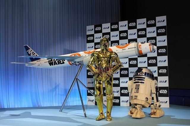 特別塗装機の模型と会見に駆けつけたC-3PO、R2-D2