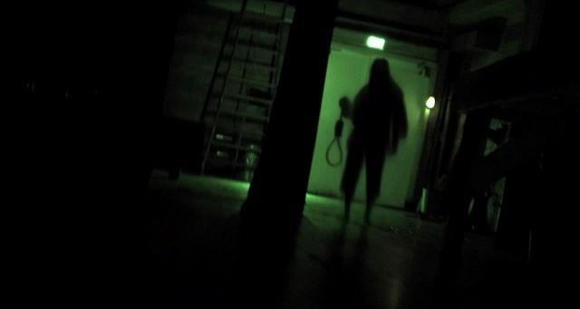 闇に浮かび上がる謎の人影…「死霊高校」チャーリーの怨念が伝わる場面写真
