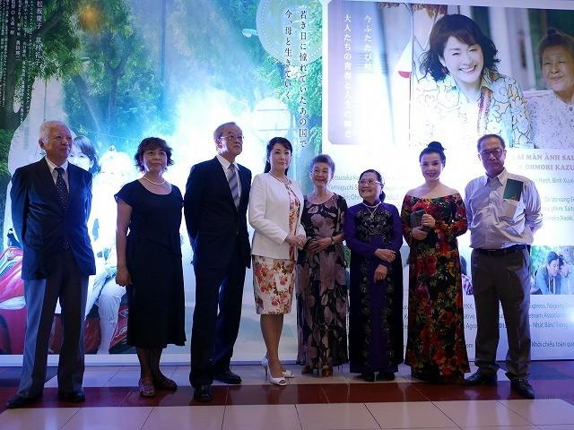 松坂慶子、主演映画「ベトナムの風に吹かれて」試写会でベトナム語披露!