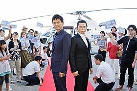 ヘリで神戸の地に降り立った江口洋介と本木雅弘「天空の蜂」