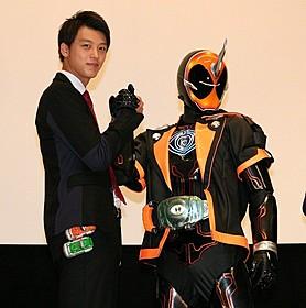 仮面ライダードライブ・竹内涼真が仮面ライターゴーストと握手「ドライヴ」