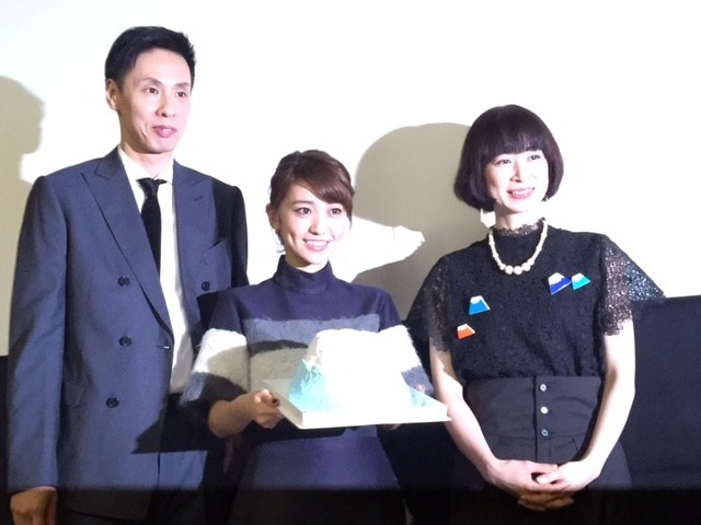 満面の笑みを浮かべる大島優子(中央)と 大倉孝二、メガホンをとったタナダユキ監督