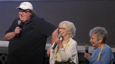 マイケル・ムーア監督、ウォール街に突撃取材したおばあちゃん2人と対面