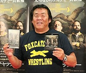 劇中に登場するレスリングチーム 「フォックスキャッチャー」のTシャツで登場した長州力「フォックスキャッチャー」