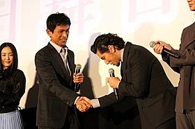 熱い握手を交わした江口洋介と本木雅弘「天空の蜂」