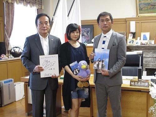 埼玉県知事を表敬訪問した水瀬いのり、清水博之プロデューサー