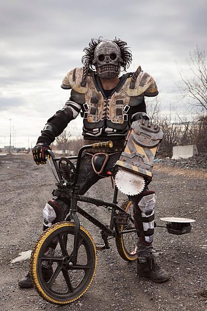 自転車に乗った「マッドマックス」? 低予算SFバイオレンス「ターボキッド」予告公開