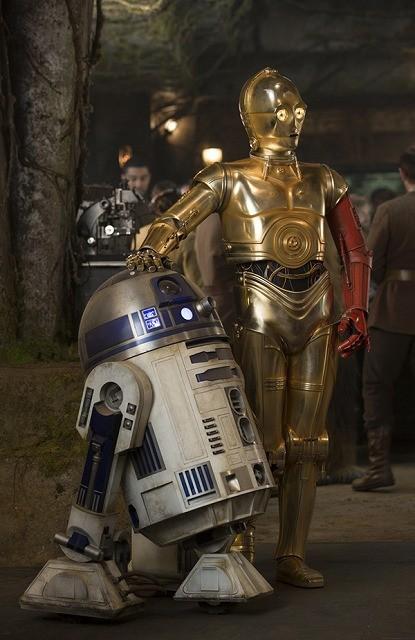 C-3POの左腕が真っ赤!?「スター・ウォーズ」名コンビをとらえた劇中カット初披露
