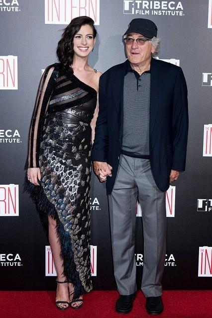 アン・ハサウェイ&ロバート・デ・ニーロ、手をつないで「マイ・インターン」プレミアに出席