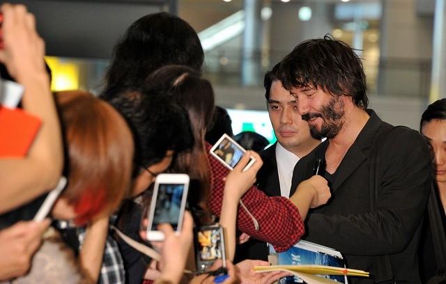 「ジョン・ウィック」キアヌ・リーブス来日!成田空港でファン300人と交流