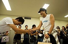 映画初主演を果たしたファンキー加藤(左)「サブイボマスク」