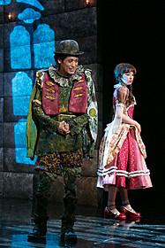 舞台「ダブリンの鐘つきカビ人間」に挑んだ 佐藤隆太(左)