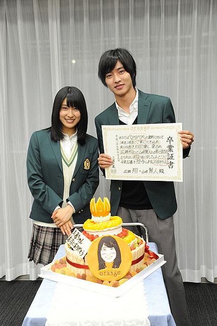 土屋太鳳&山崎賢人、約1年に及ぶ共演が終了 「orange」撮影現場で涙のサプライズ