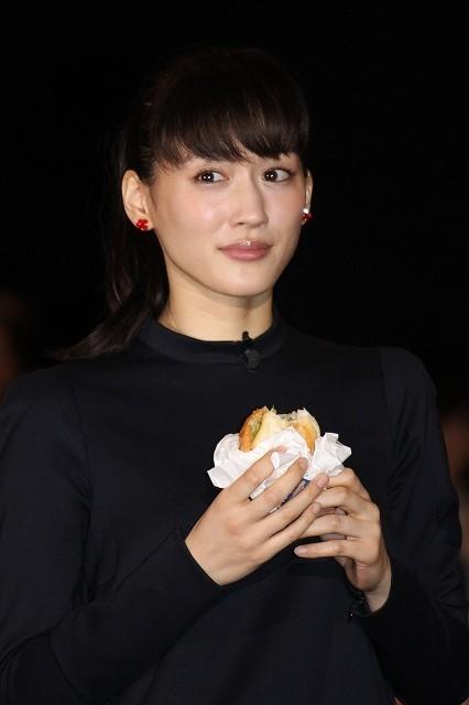 香取慎吾&綾瀬はるか、ギネス記録達成!244組のペアとともにハンバーガー食べさせ合う